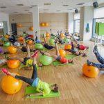 Clase de pilates en un gimnasio Forus